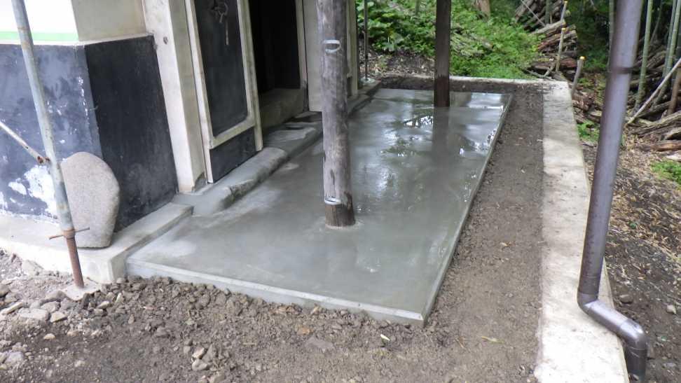 蔵外部の土間を造ります